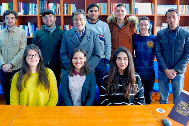 Guillermo Pulido y los jóvenes universitarios. Foto: cortesía Sede UNAM-China.