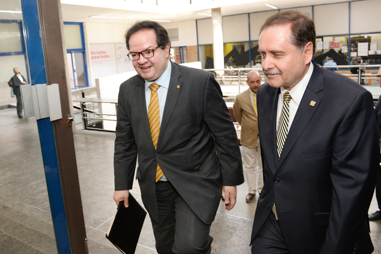 Leonardo Lomelí y el director. Foto: Fernando Velázquez.