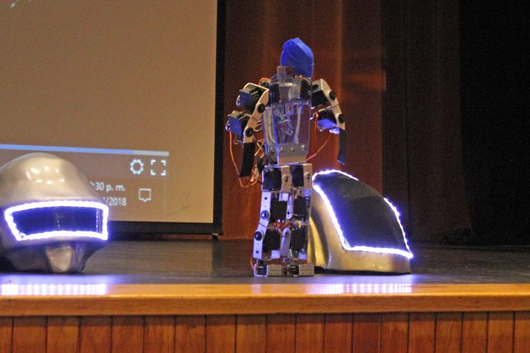 La prueba consistió en desarrollar el robot y crear una coreografía atractiva para la audiencia. Fotos: cortesía FES Aragón.
