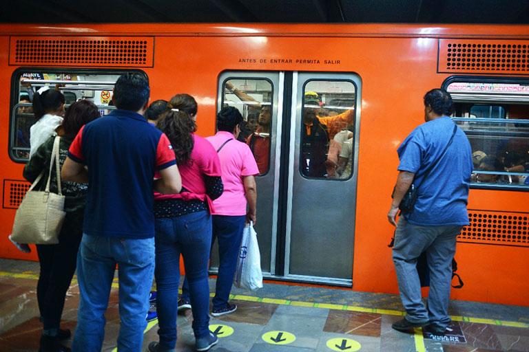 Señalamientos en los andenes ayudan a realizar el descenso y luego el ascenso de pasajeros. Foto: Fernando Velázquez.