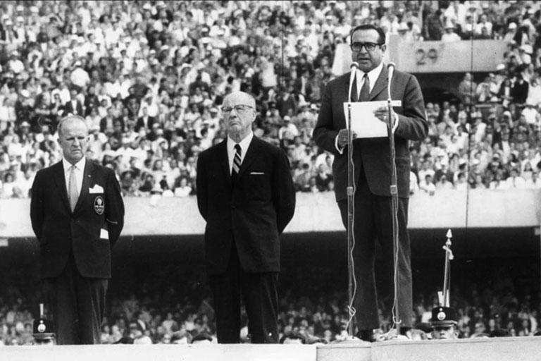 Pedro Ramírez Vázquez y Avery Brundage en la inauguración de los Juegos Olímpícos.