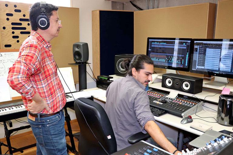El galardonado (de pie) supervisa la edición de audios en el laboratorio. Foto: cortesía ENES Morelia.