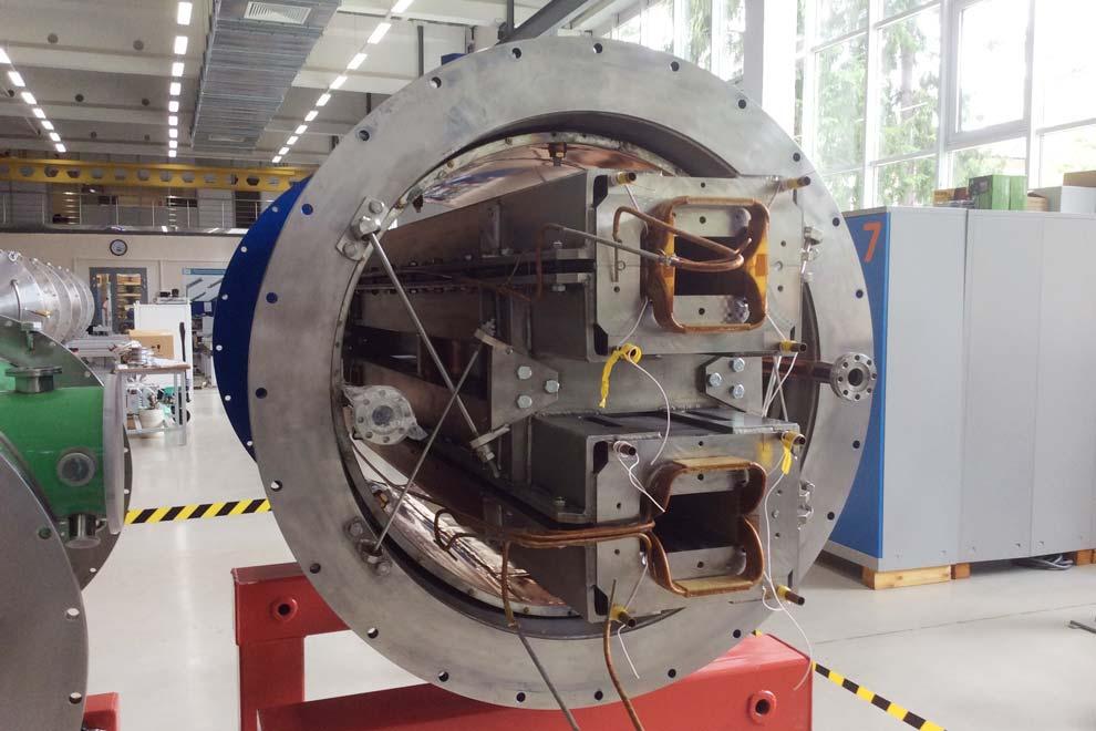 Uno de los magnetos superconductores que se construyen para NICA.