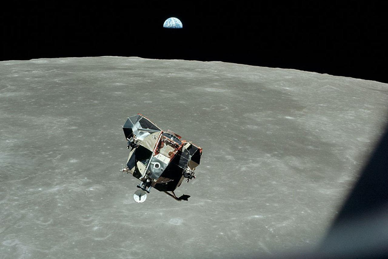 El módulo lunar Eagle se acerca al módulo de mando y servicio Columbia para el acoplamiento. Foto: NASA.