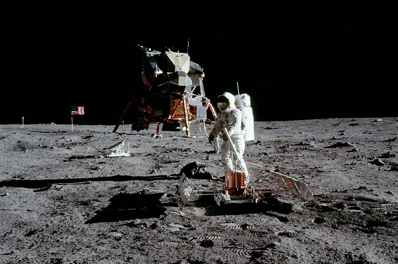 Aldrin preparando el experimento sísmico. Foto: NASA.