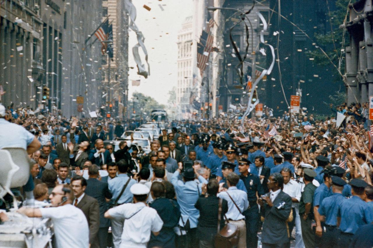 Nueva York da la bienvenida a la tripulación del Apolo 11 con un desfile en Broadway y Park Avenue. En el auto principal, a la izquierda, se encuentran los astronautas Neil A. Armstrong, Michael Collins y Edwin Aldrin. Foto: NASA.