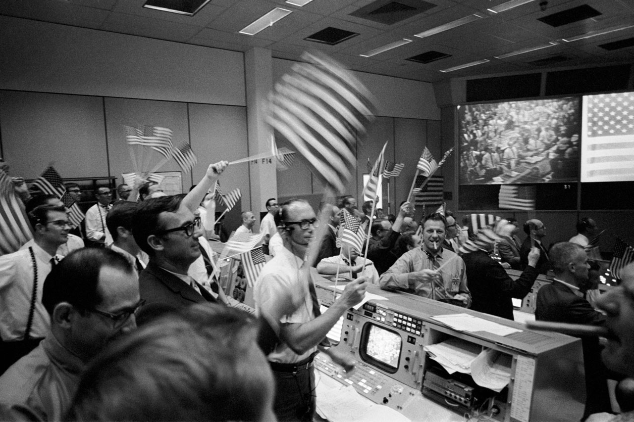 Controladores de vuelo celebran el alunizaje exitoso del Apolo 11 el 24 de julio de 1969. Foto: NASA.